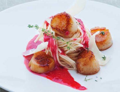 Spagetti med kamskjell, bringe- bærvinaigrette og parmesan