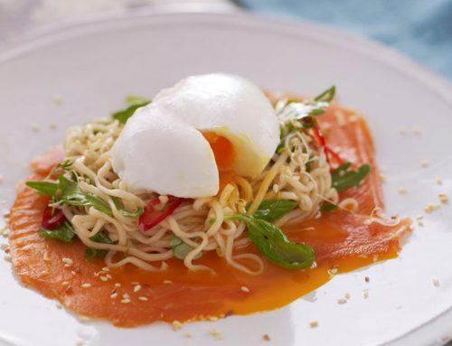 Posjert egg med røkelaks og nudelsalat