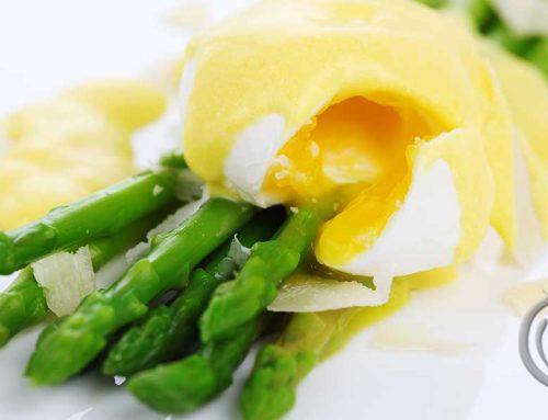 Posjert egg på asparges med hollandaise