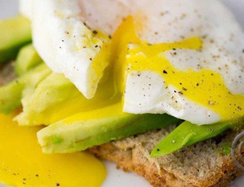 Posjert egg på avokado