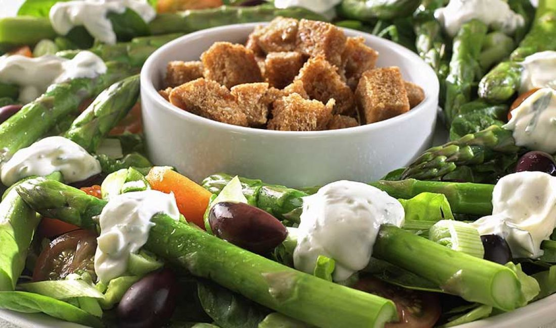 Aspargessalat-med-sprøstekte-brødkrutonger-1