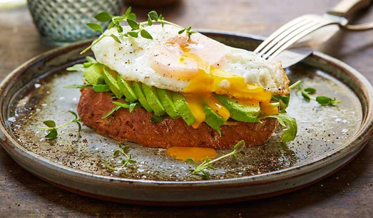 Avokado toast med sennep og egg