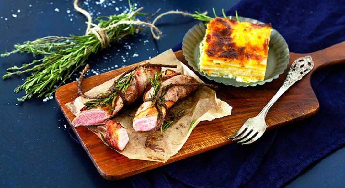 Baconsurret-lammefilet-med-gratinerte-rotgrønnsaker-1