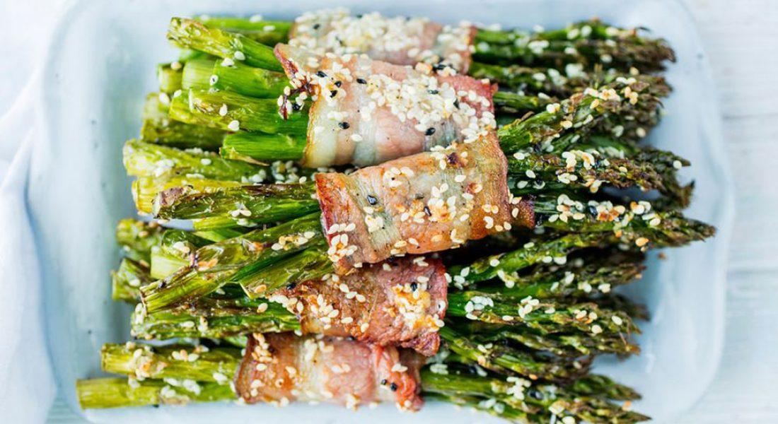 Bakte asparges med bacon og sesamfrø