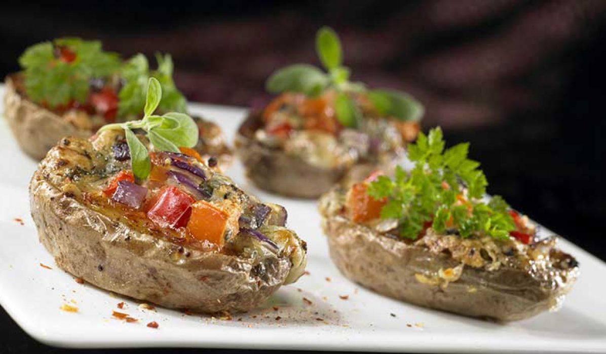 Bakte-poteter-med-paprika-tomater-og-rødløk-1