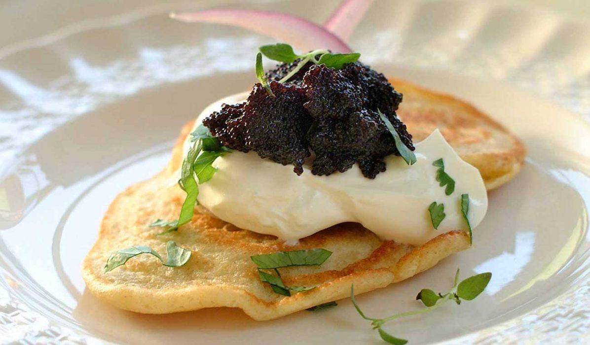 Blinis-med-sort-kaviar