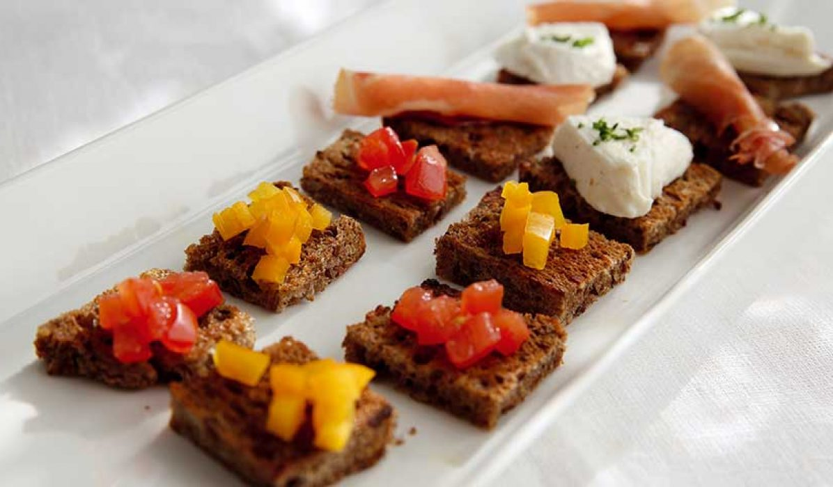 Brødbiter med paprika, tomat, mozzarella og spekeskinke