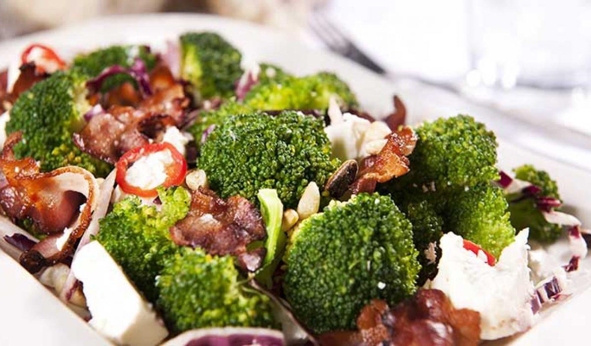 Brokkolisalat-med-feta-og-bacon-1