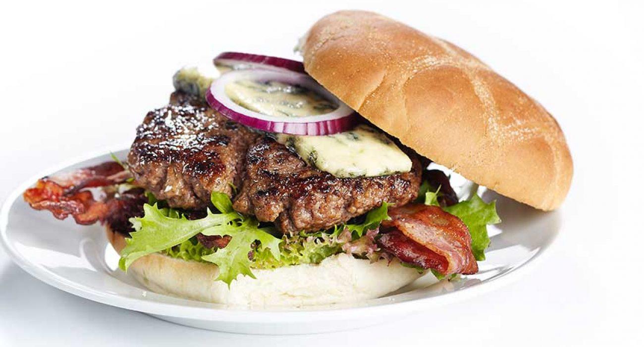 Burger med bacon og blamuggost