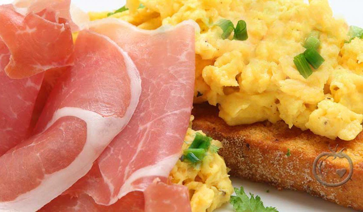 Eggerøre-på-bruschetta-med-spekeskinke