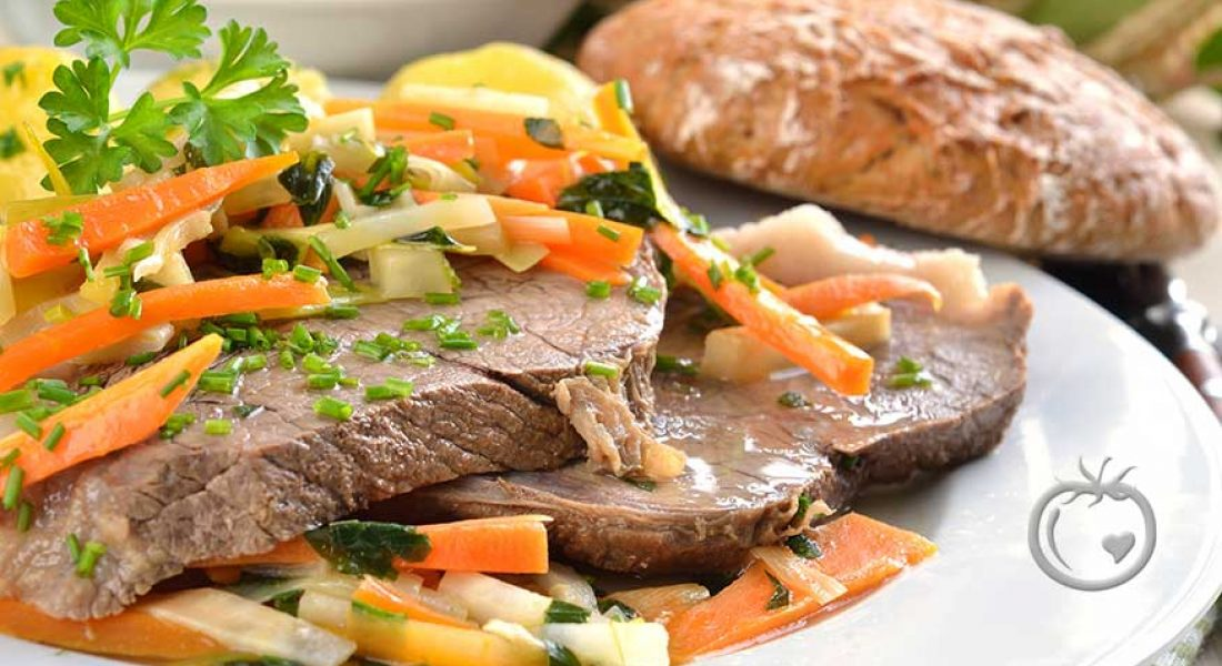 Fersk suppe med melboller og kjøtt med løksaus