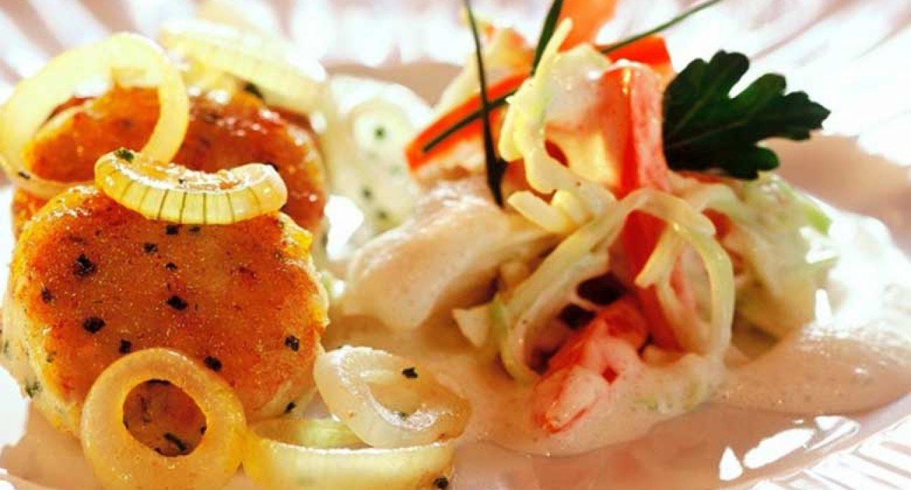 Fiskekaker-av-hyse-med-smørstekt-småløk-og-salat-1