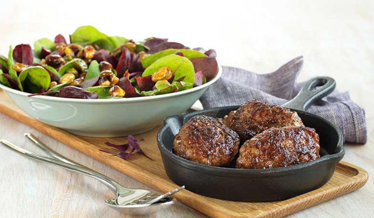 Frikadeller-med-salat-rødbeter-og-glaserte-nøtter-1