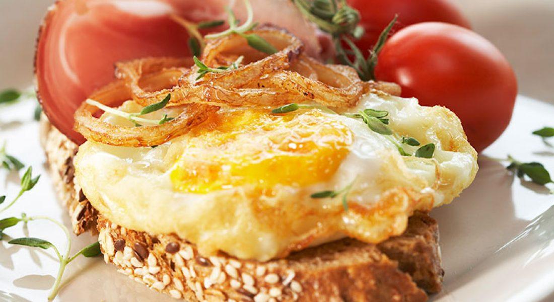 Frityrstekte egg og løkringer med spekeskinke