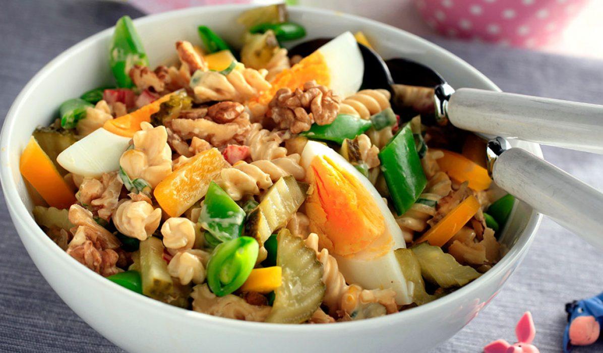 Grønnsaksalat med valnøtter og egg