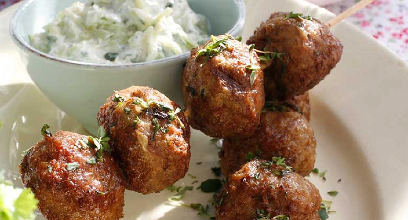 Greske-lammeboller-paa-spyd-med-gresk-salat-og-tzatziki1