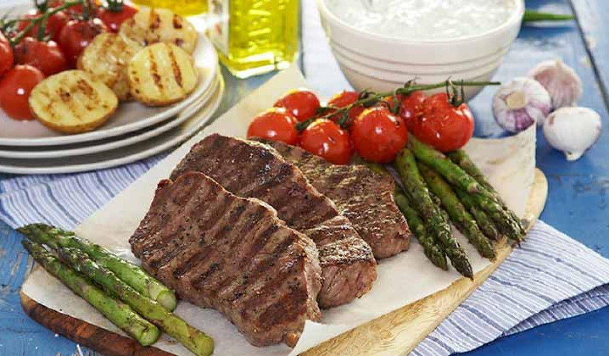 Grillet-biff-med-asparges-og-cherrytomater