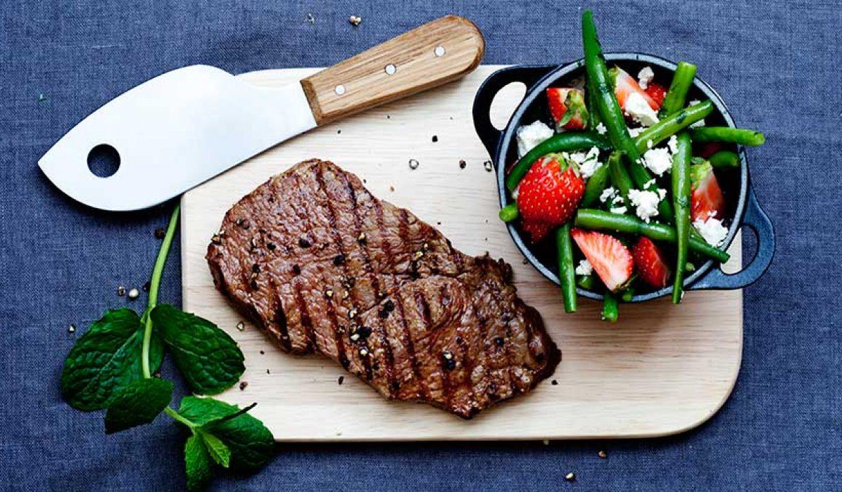 Grillet biff med jordbær og bønnesalat