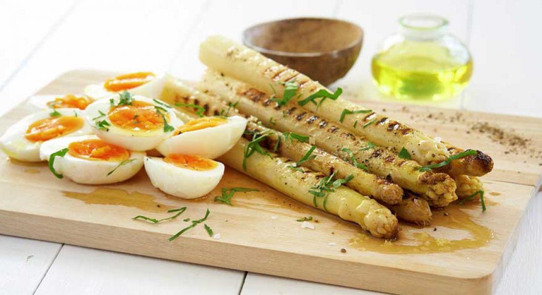 Grillet hvit asparges med kote egg