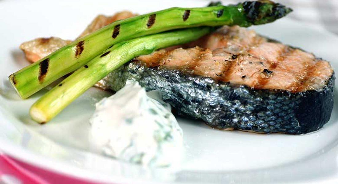 Grillet-laks-med-asparges-og-urterømme-1-1