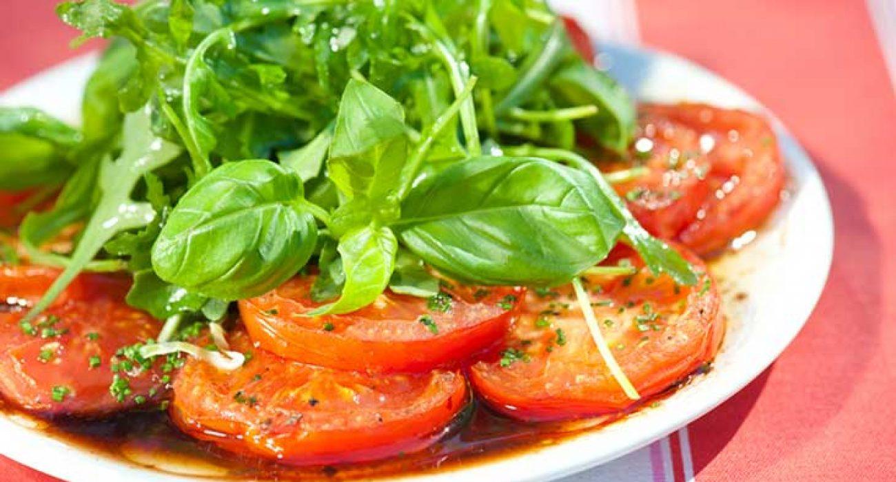 Grillet-tomatsalat-med-basilikum-og-ruccola-1