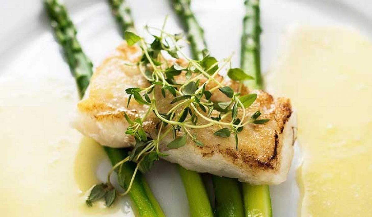 Grillet-torskeloin-med-frisk-asparges-og-smørsaus-1