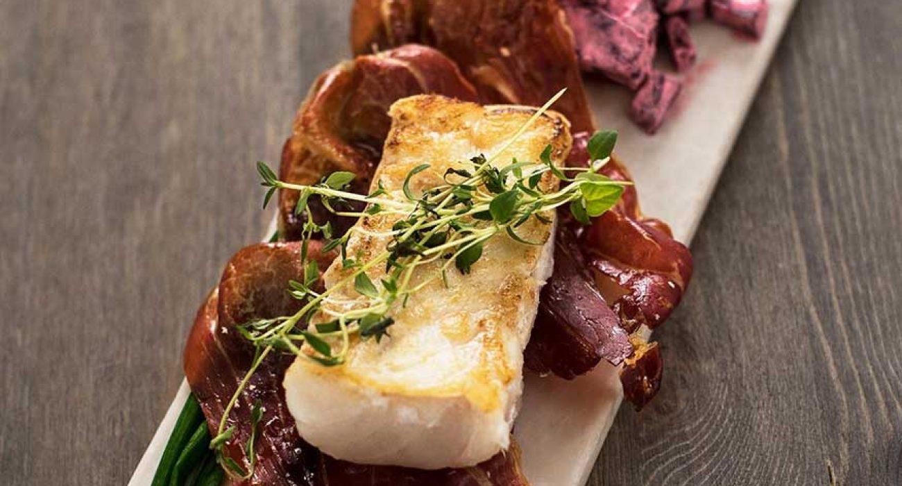 Grillet-torskeloin-med-serranoskinke-og-rødbetsalat