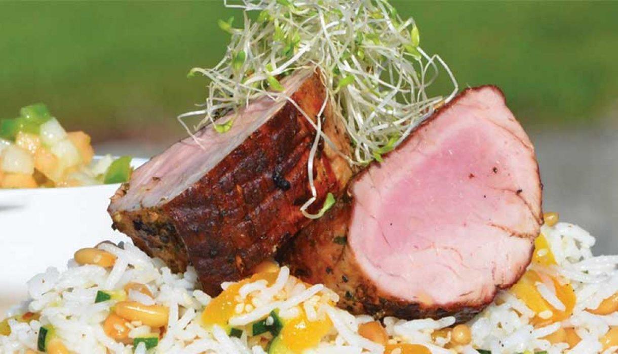 Helgrillet indrefilet av svin med frisk fruktsalsa og basmatisalat