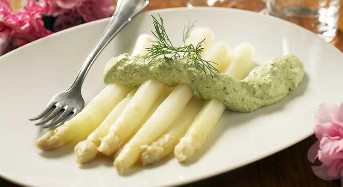 Hvit-asparges-med-avokadokrem-1