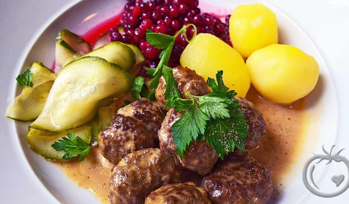 Kalvekarbonader-med-fløtesaus-og-agurksalat