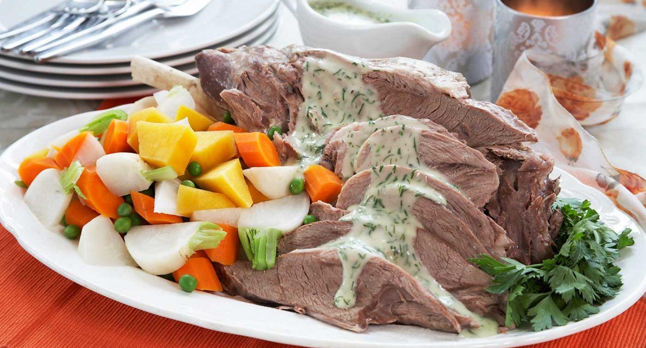 Kokt-lammelår-med-grønnsaker-og-saus