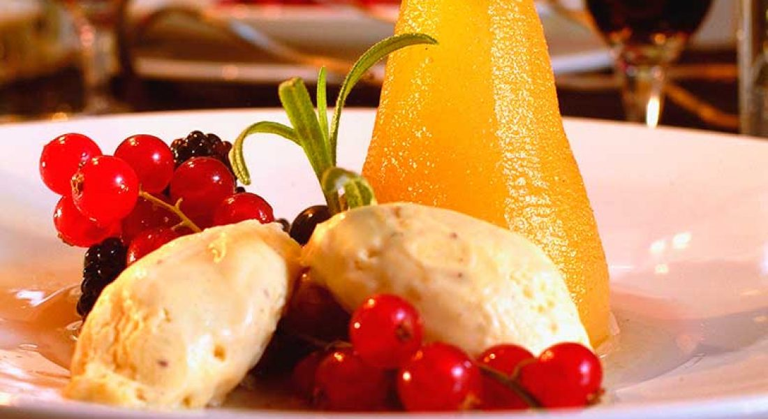 Krydderkokte-pærer-med-friske-bær-og-is-1