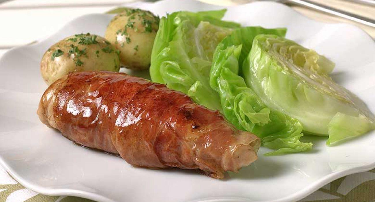 Kyllingfilet-med-spekeskinke-og-sommerkål-1
