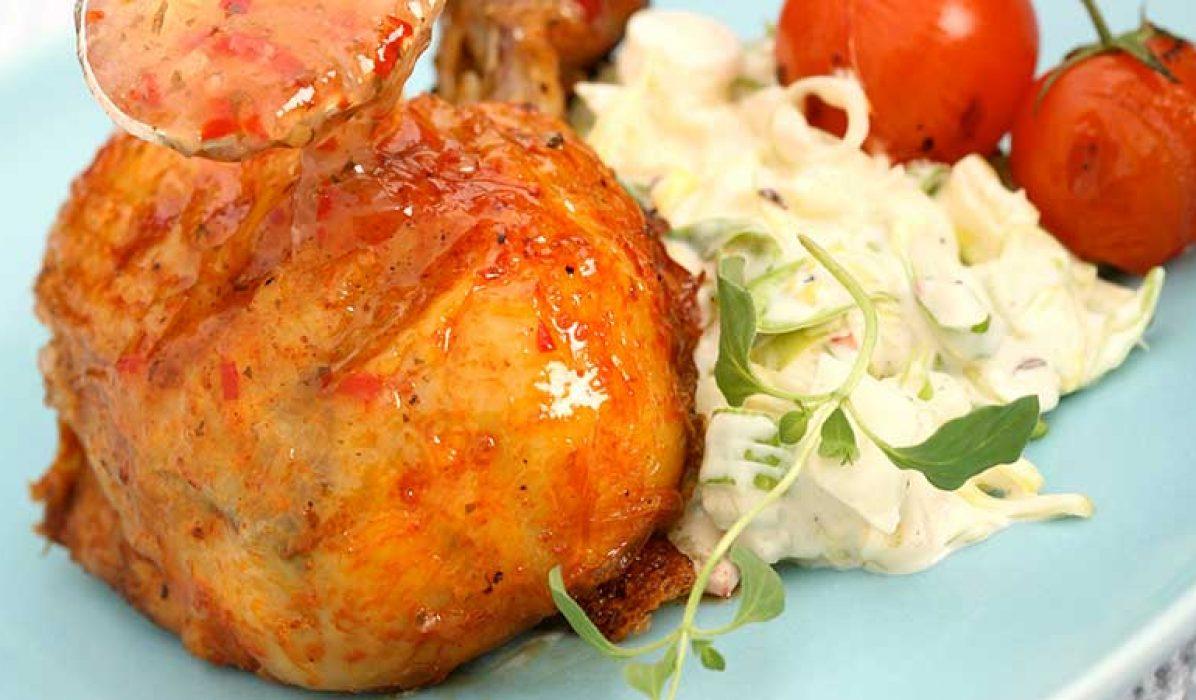 Kyllingklubber-med-rabarbraglaze-og-chilicoleslaw-1