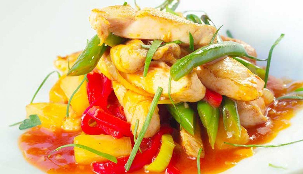 Kyllingwok med ananas og sursot saus