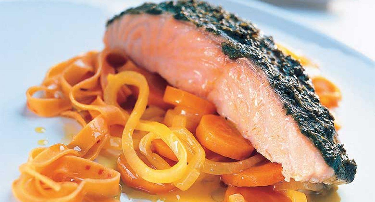 Laks-med-pesto-og-appelsin-gulrørøtter-1-1