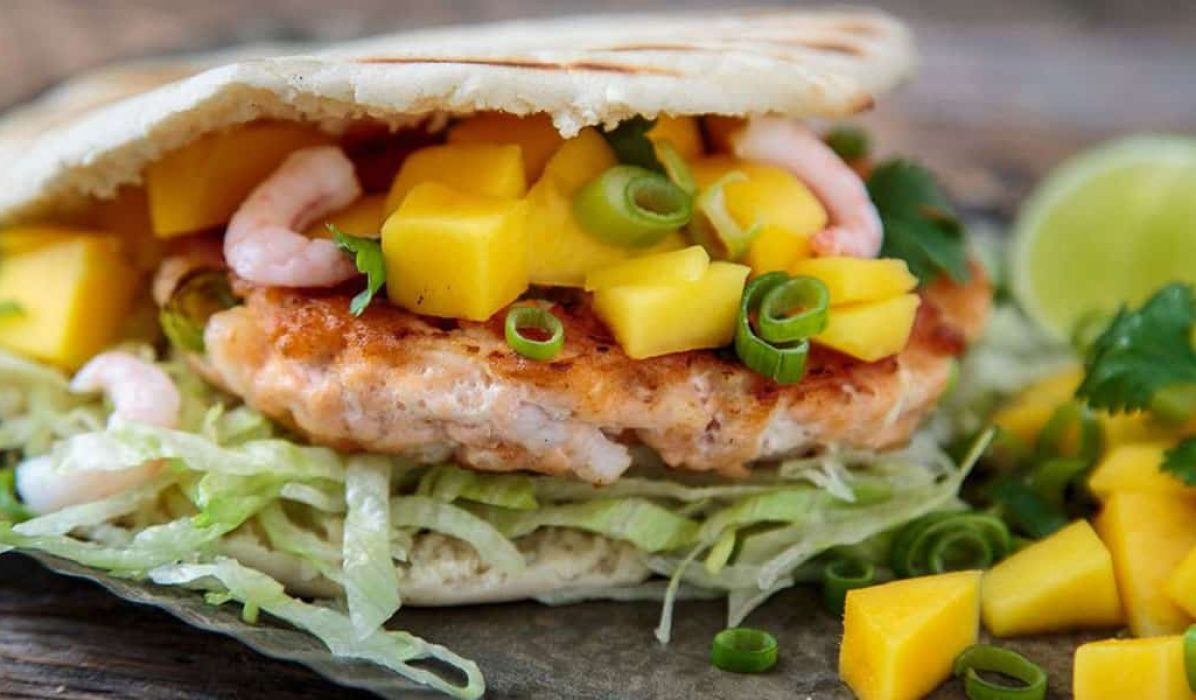Laks og rekeburger med mango og koriander