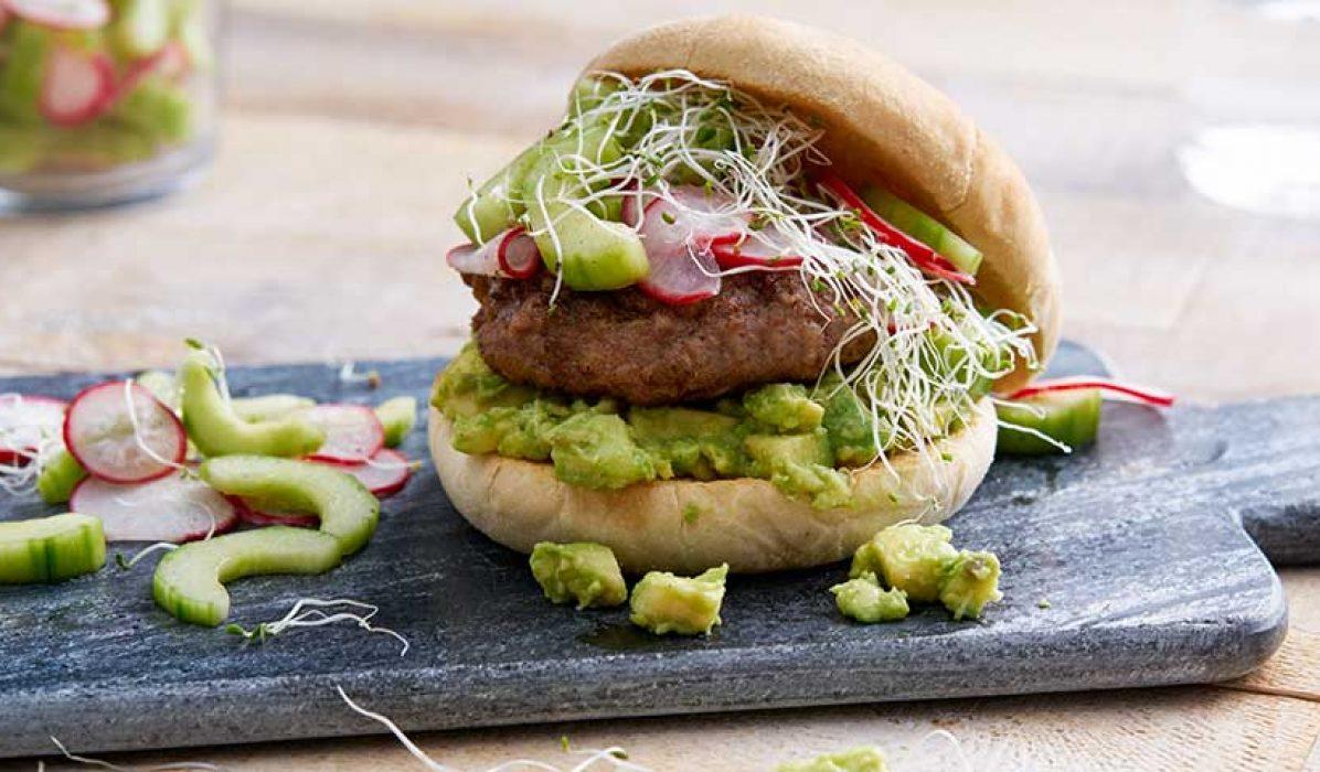 Lammeburger med agurksalat og avokado