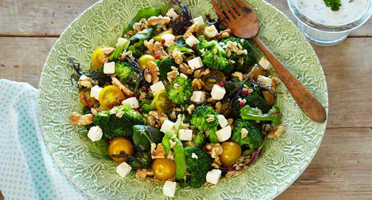 Lun-brokkolisalat-med-fetaost-1