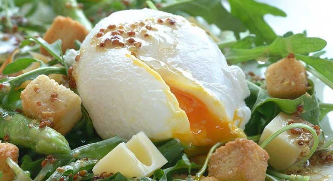 Lunsjsalat med posjert egg