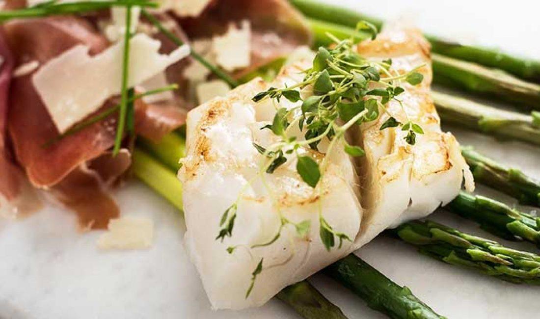 Ovnsbakt-torskeloin-med-frisk-asparges-og-serranoskinke-1