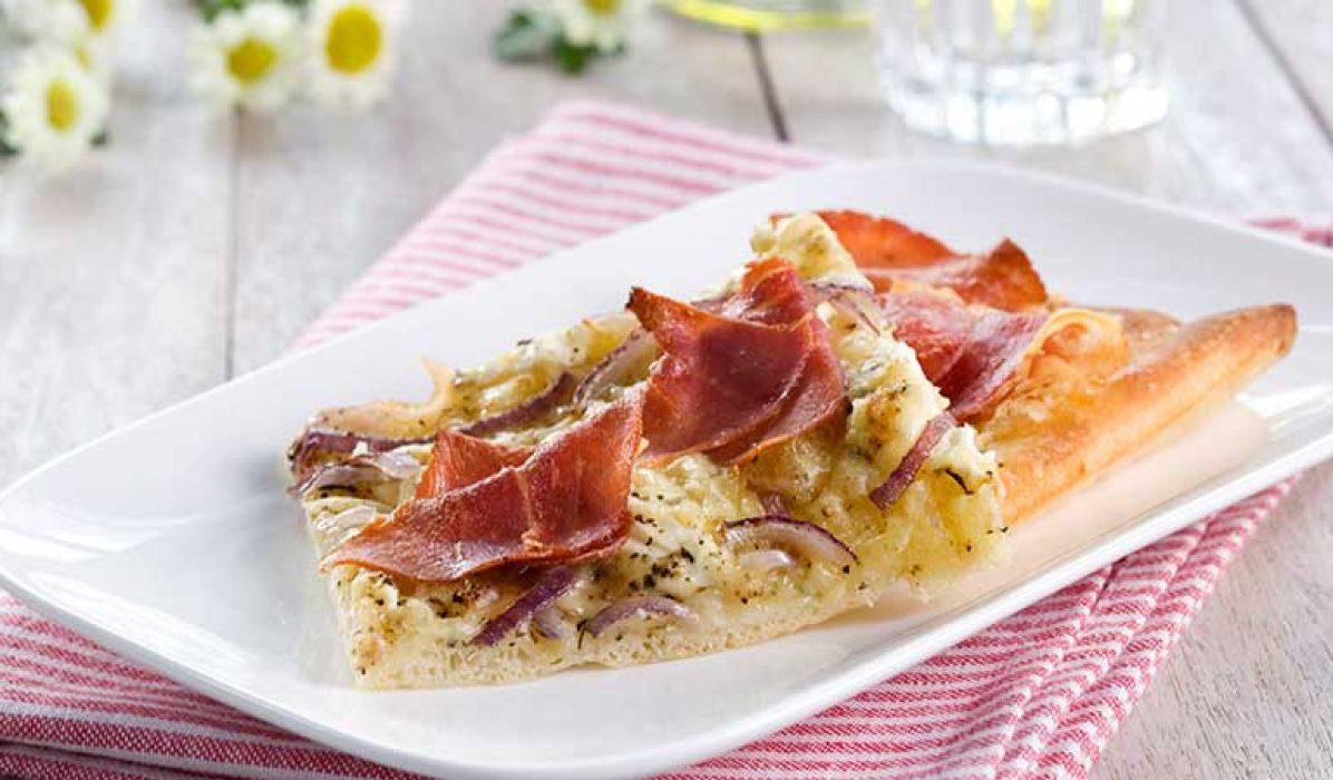 Pizza-med-kremost-og-spekeskinke-1