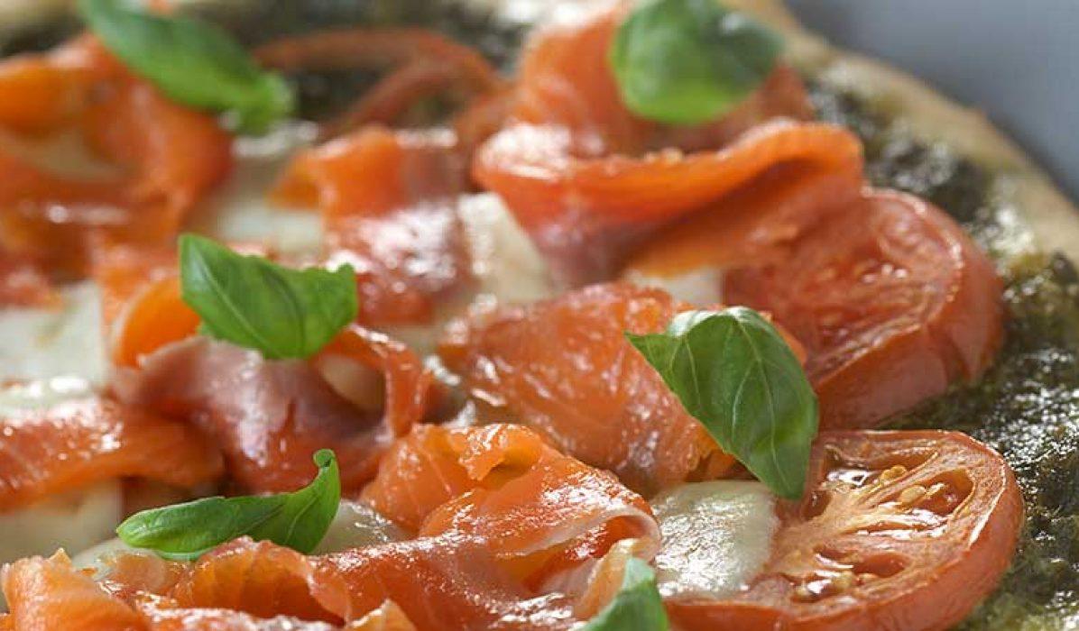 Pizza-med-pesto-mozzarella-og-røykelaks