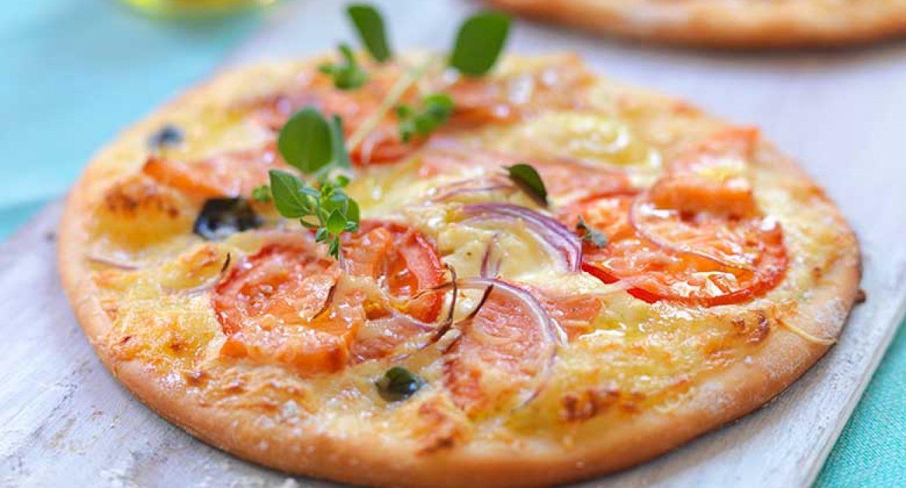Pizza-med-røykt-ørret-og-tomat