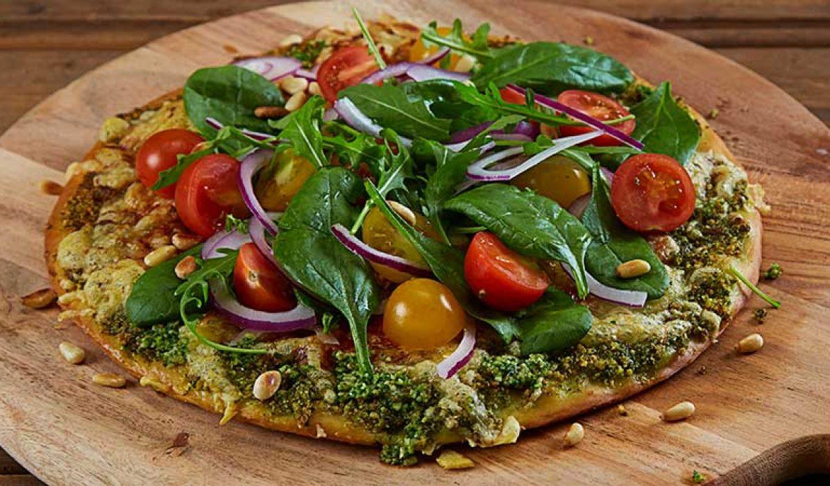 Pizza_med_pesto_og_salat