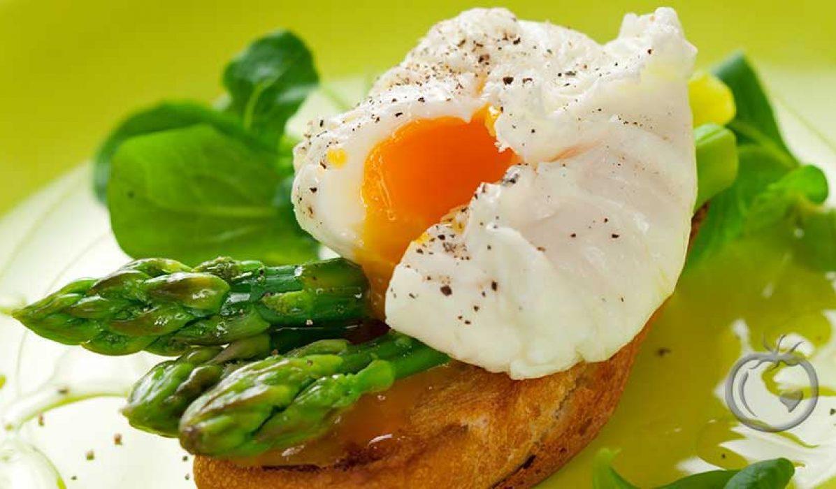 Posjert egg med asparges