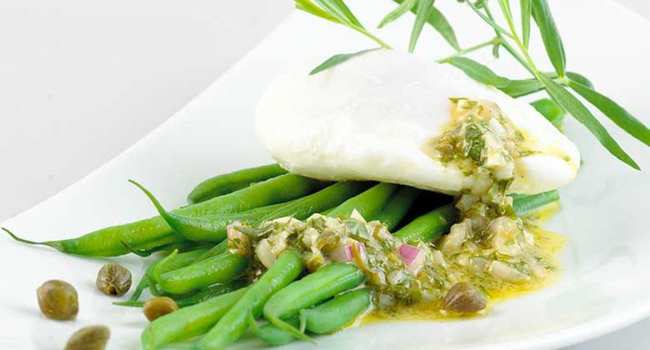 Posjert egg med aspargesbønner og ravigottesaus