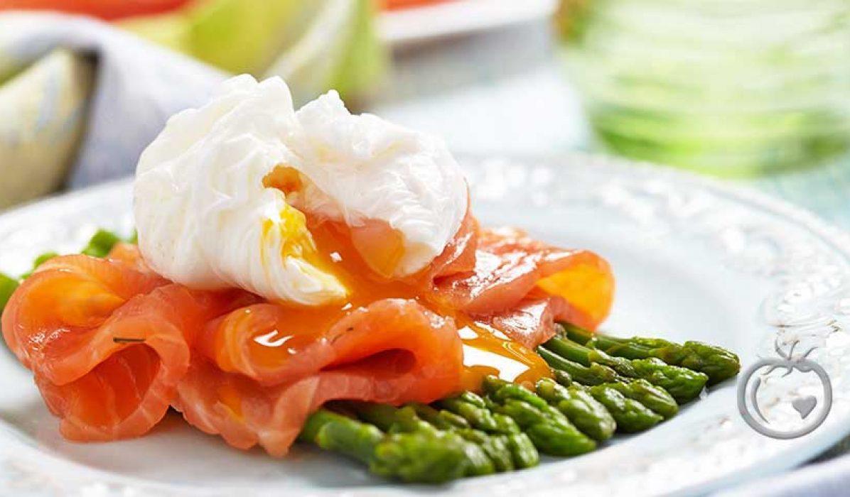 Posjert egg med laks og asparges