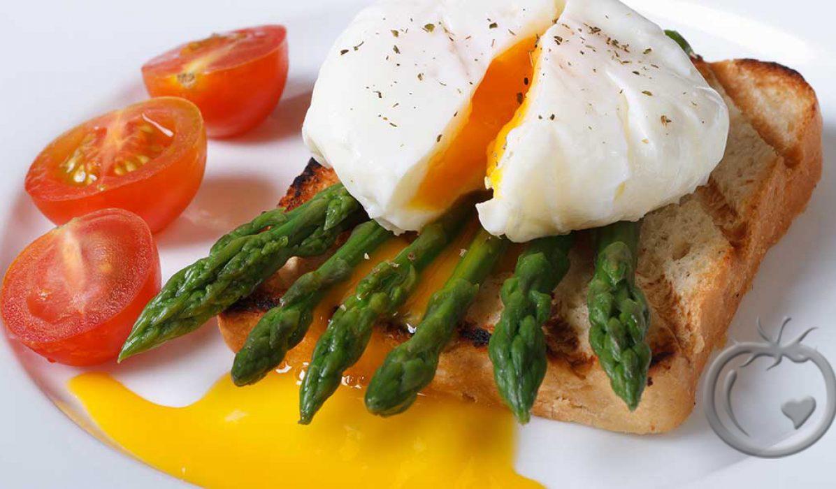 Posjert egg på asparges