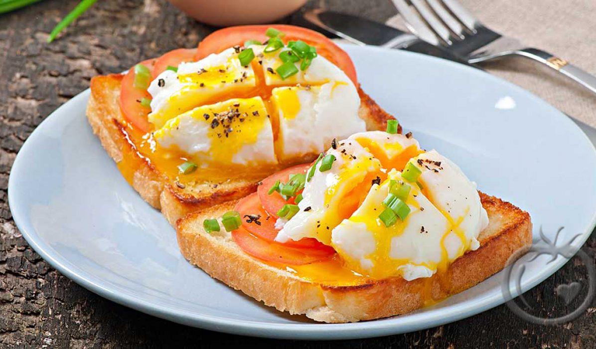 Posjert egg på tomater